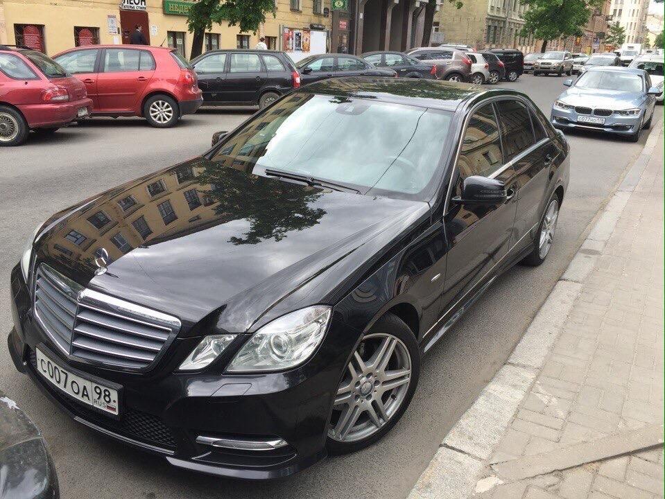 Седан Mercedes-Benz E-klasse. Вместимость 4 человека.